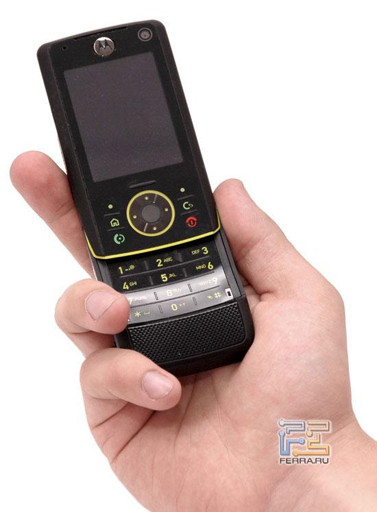 Motorola RIZR Z8 в руке
