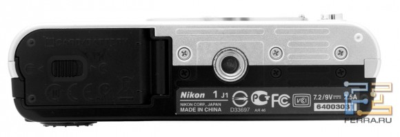 Nikon 1 J1, вид снизу