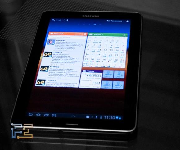 Samsung Galaxy Tab 7.7 на столе, в темном помещении