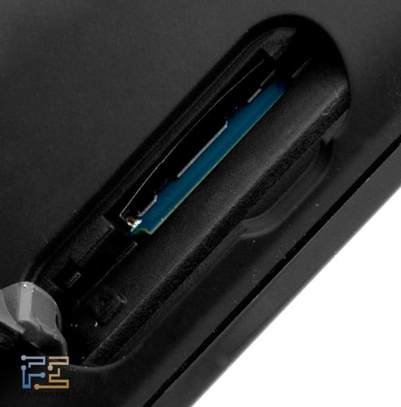 Слот для карт памяти microSD на задней панели Sony PRS-T1