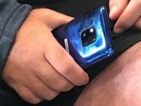 Huawei Mate 20 Pro в синем цвете засветился на фото