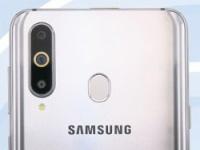 Samsung Galaxy A8s с тройной камерой и экраном с «дыркой» на фото