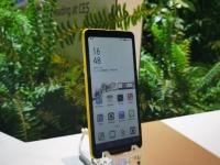 Первый в мире смартфон с цветным дисплеем на электронных чернилах