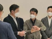 Глава Samsung замечен с растягиваемым смартфоном в руках